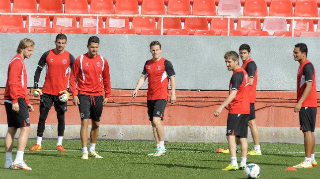 Varios jugadores sevillistas, en un entrenamiento