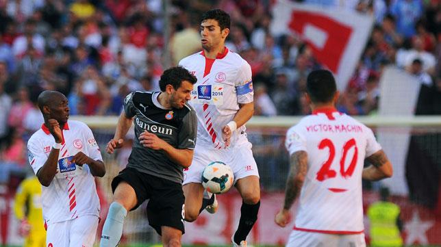 Fazio salta ante Stuani en el Sevilla-Español