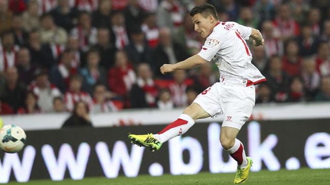 Gameiro remata a gol en el 3-1 definitivo ante el Athletic