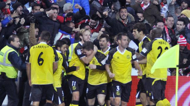 El equipo celebra junto a la afición el gol de Gameiro en Los Cármenes