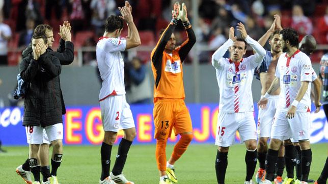 Los jugadores del Sevilla agradecen el apoyo de la afición tras la goleada ante el Granada