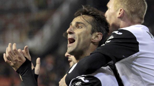 Jonas Gonçalves celebra un gol con el Valencia