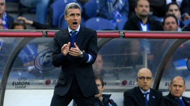 El entrenador del Oporto, Luís Castro, da instrucciones en un partido