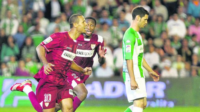 Luis Fabiano celebra su gol en la última victoria liguera del Sevilla en Heliópolis