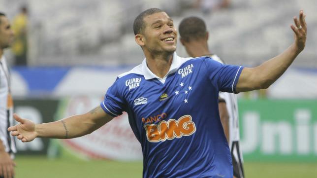 Nílton celebra un gol con el Cruzeiro