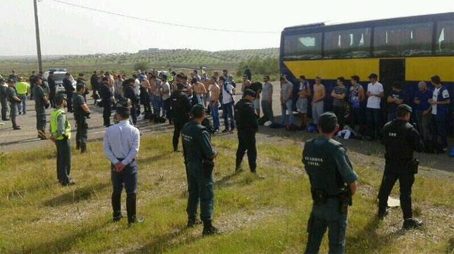 Aficionados del Oporto en la frontera, con la Guardia Civil y la GNR portuguesa. FOTO: @norberto_javier