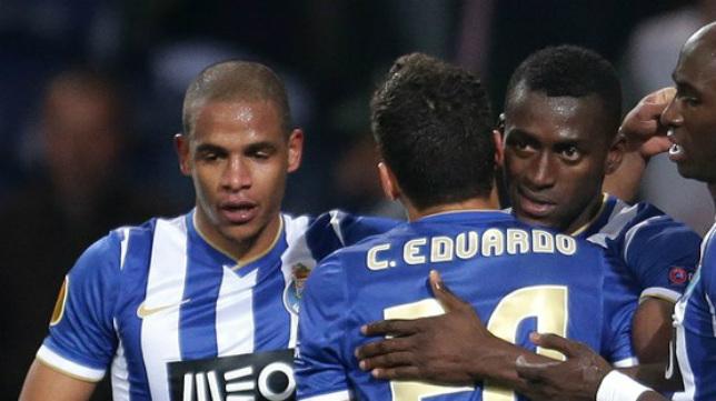 Los jugadores del Oporto celebran su pase a cuartos tras eliminar al Nápoles