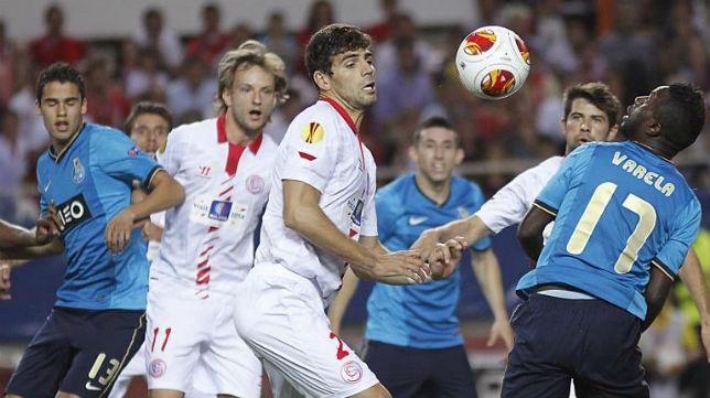 Fazio intenta llevarse el balón ante la mirada de Rakitic