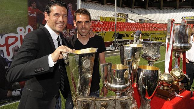 Fernando Navarro y Palop posan juntos en la despedida del valenciano del Sevilla