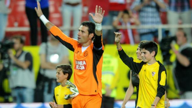 Palop, junto a sus hijos, el día de su despedida del Sevilla FC