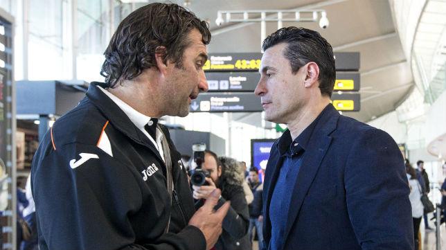 El entrenador del Valencia, Pizzi, habla con su presidente, Amadeo Salvo