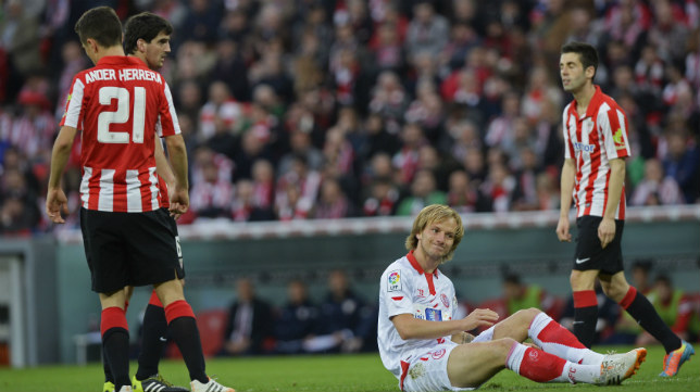 Rakitic se lamenta ayer en el partido ante el Athletic