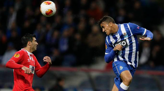 Reyes pelea un balón aéreo en el partido ante el Oporto