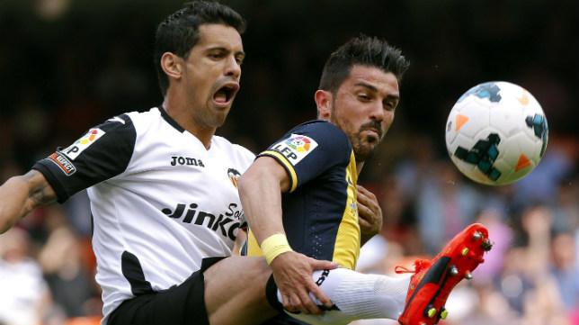 Ricardo Costa disputa un balón con Villa