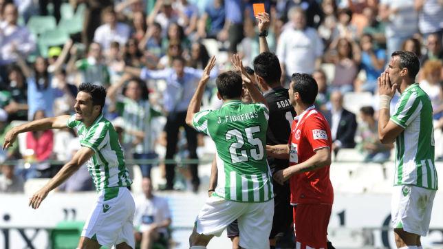 Velasco Carballo enseña la roja a Juan Carlos