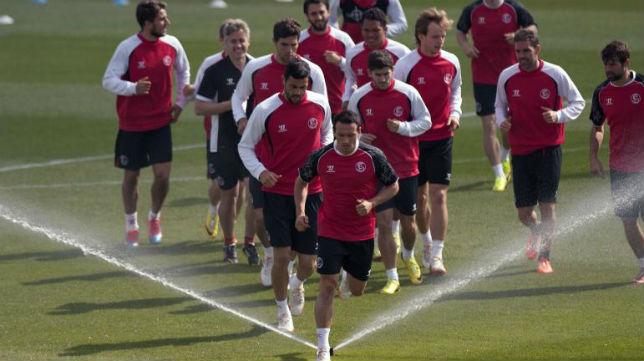 Los jugadores del Sevilla, en el entrenamiento previo a la semifinal europea ante el Valencia