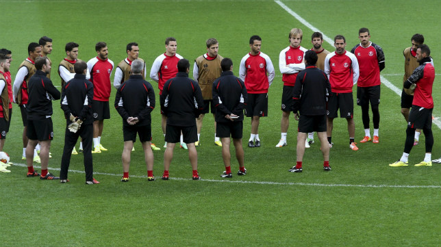 Los jugadores del Sevilla FC atienden a Emery en un entrenamiento