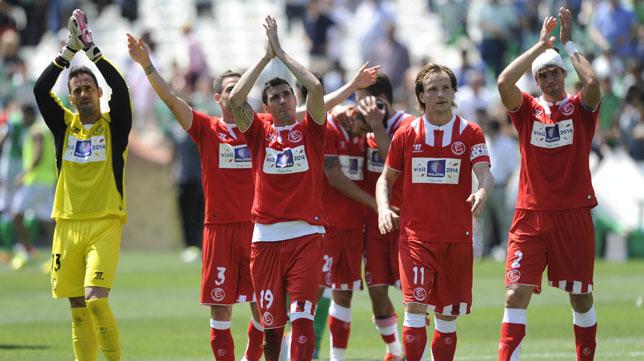 Varios jugadores sevillistas celebran la victoria con sus aficionados tras el derbi