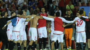 Los jugadores del Sevilla celebran el pase ante el Oporto