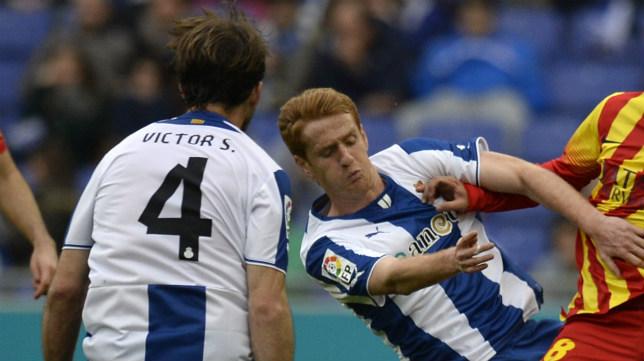 El sancionado Víctor Sánchez y Álex en el último choque de los periquitos ante el Barça