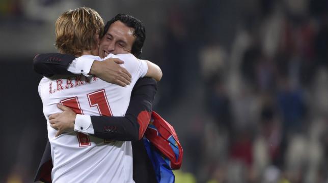 Rakitic y Emery se abrazan tras la final de Turín