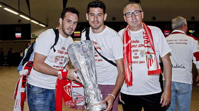 Aficionados del Sevilla, en el aeropuerto