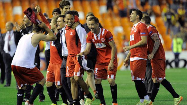 Los jugadores sevillistas celebran el pase a la final de la Europa League en Mestalla