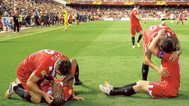Fazio, Mbia, Vitolo y Rakitic celebran el gol