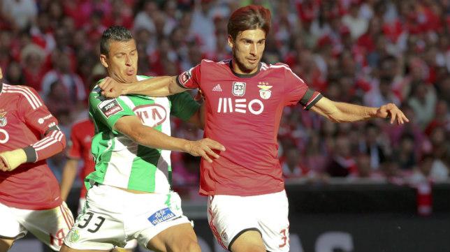 André Gomes, del Benfica, avanza ante Maciel, del Vitória Setúbal
