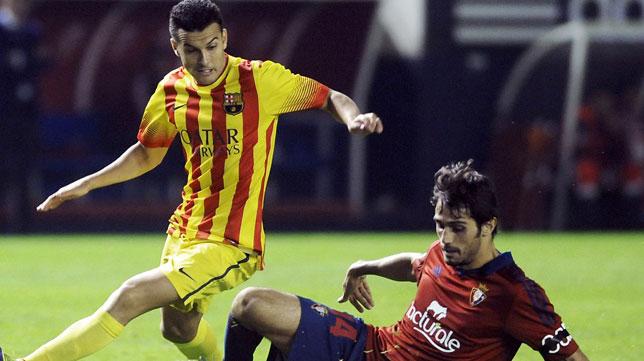 Arribas intenta detener una jugada de Pedro, del Barça. FOTO: AFP Photo