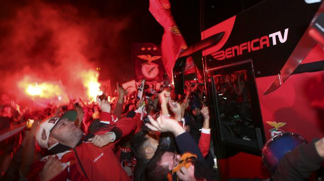 Miles de aficionados rodearon el bus del Benfica a su llegada a Lisboa