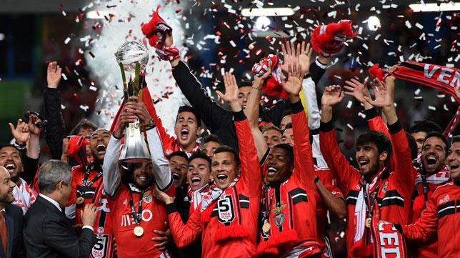 Los jugadores del Benfica celebran ayer la Copa de la Liga ganada al Río Ave