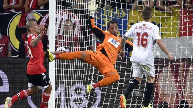 Beto salva una ocasión del Benfica en el primer tiempo de la final de Turín