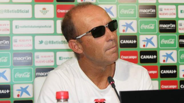 Calderón compareció con gafas de sol por una intervención para corregir la vista