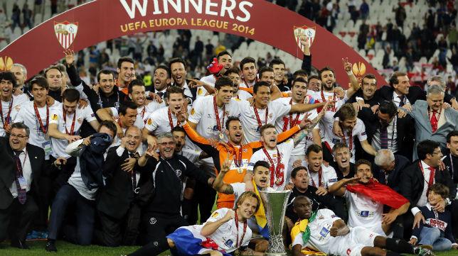 Los campeones posan con la Copa