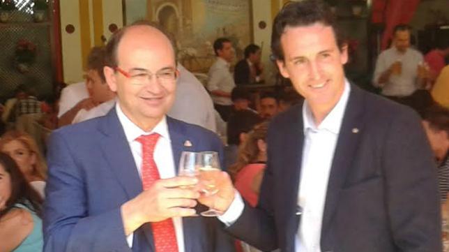 Castro y Emery brindan en la caseta de la Peña Sevillista Macarena