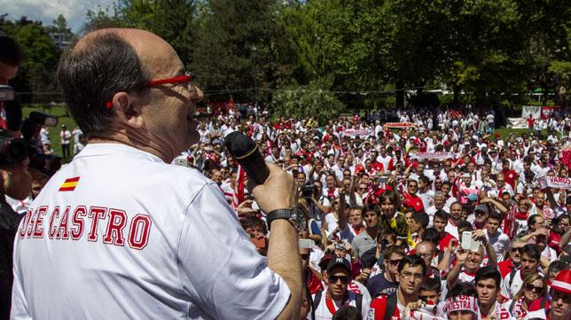José Castro anima a los sevillistas en la fanzone de Turín