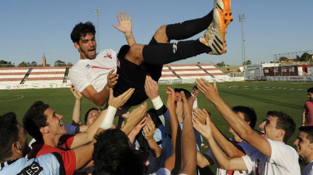 Los jugadores celebran la permanencia en la ciudad deportiva