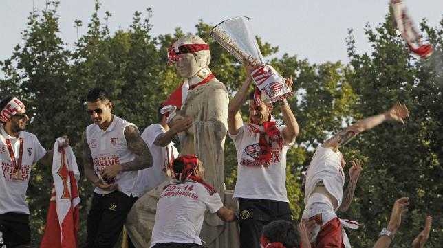 Los sevillistas, en la Puerta de Jerez