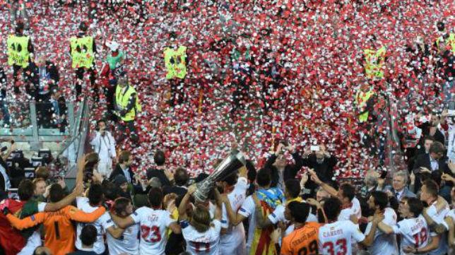 Confetti del Sevilla con la copa otra