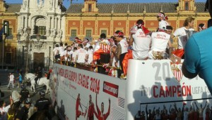 El equipo en el autobus camino del Ayuntamiento