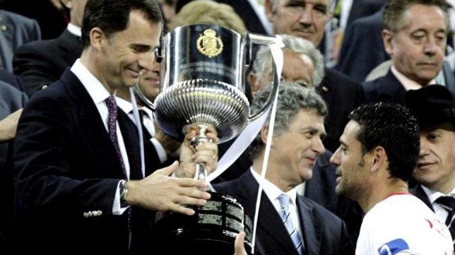 El príncipe Felipe hace entrega de la Copa del Rey a Palop tras derrotar al Atlético de Madrid en el Nou Camp