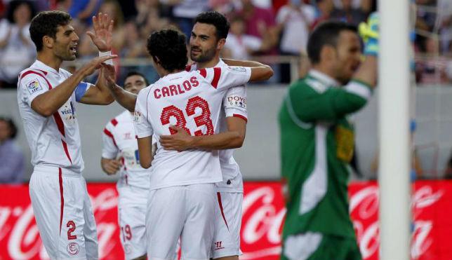 Fazio y Carlos Fernández felicitan a Iborra por su gol