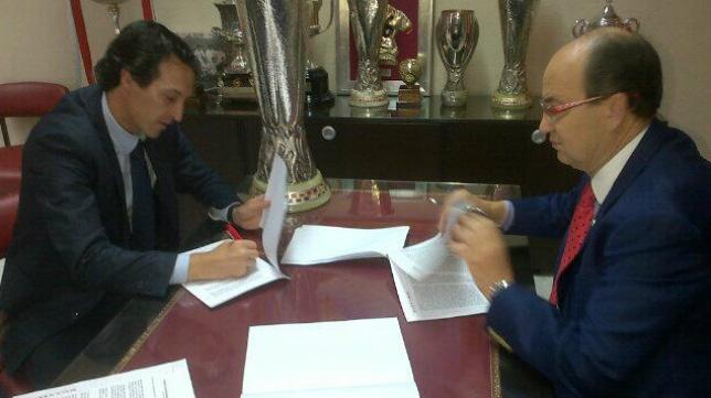 Emery y Castro firmaron los documentos junto a la Copa de la Europa League