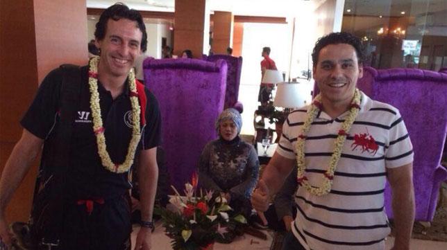 Emery y Del Nido Carrasco, en la llegada al hotel de Bandung. FOTO: @LaLiga