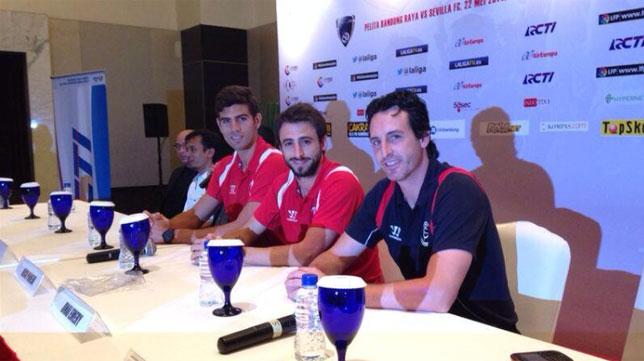 Emery, junto a Fazio y Pareja, en la rueda de prensa de Yakarta. FOTO: @UnaiEmery_
