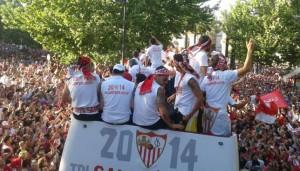 Espectacular imagen de los jugadores del Sevilla en la Puerta de Jerez