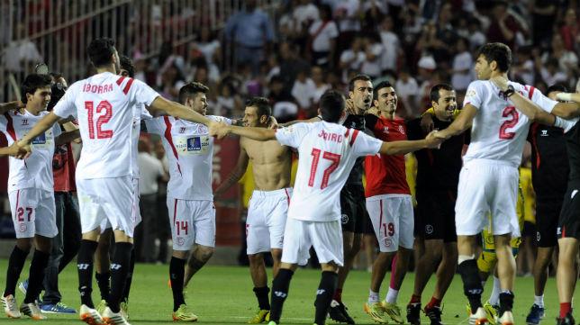 Los jugadores del Sevilla, al final del partido contra el Elche
