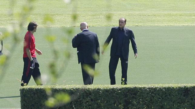 Galliani conversa con Berlusconi en Milanello