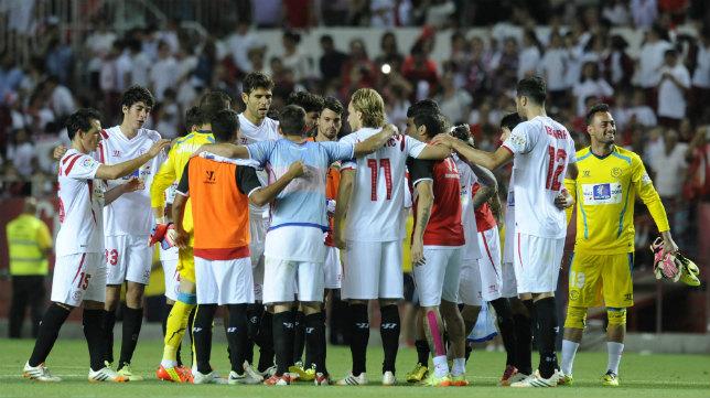 Los jugadores celebran la temporada tras la victoria ante el Elche